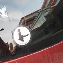 Sticker pour vitrine : une solution de décoration et de communication à faible coût