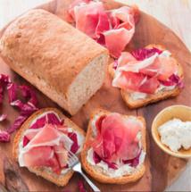 Le Consortium du Jambon de Parme présente sa recettedu mois de février :  Pain complet au jambon de Parme, sauge,  stracchino et trévise