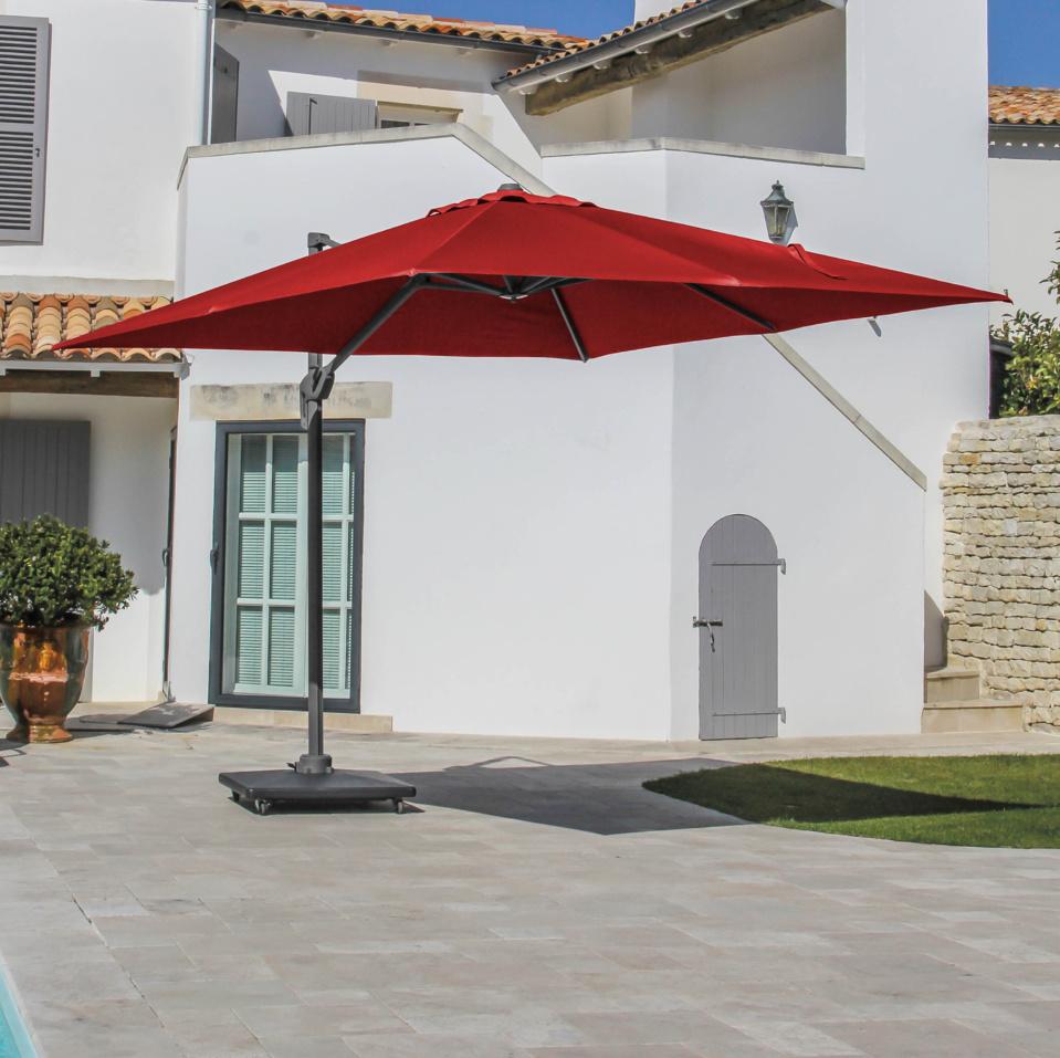 Parasols à pied déporté OCÉO, orientables à 360° : l'esthétique de l'ombre