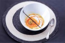 Recette mensuelle des AOP Laitières : Carpaccio de kakis à la crème d'Isigny AOP