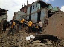 Une équipe de scouts népalais formés par des VM (Volunteers Ministers)  de l'église de Scientologie érige un village de tentes