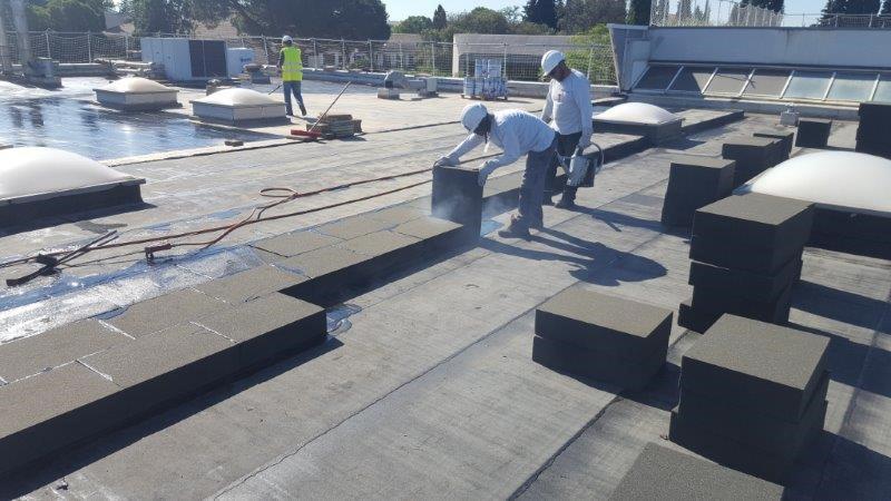 Le nouveau FOAMGLAS® T3+ isole la toiture d'une base militaire dans le Gard
