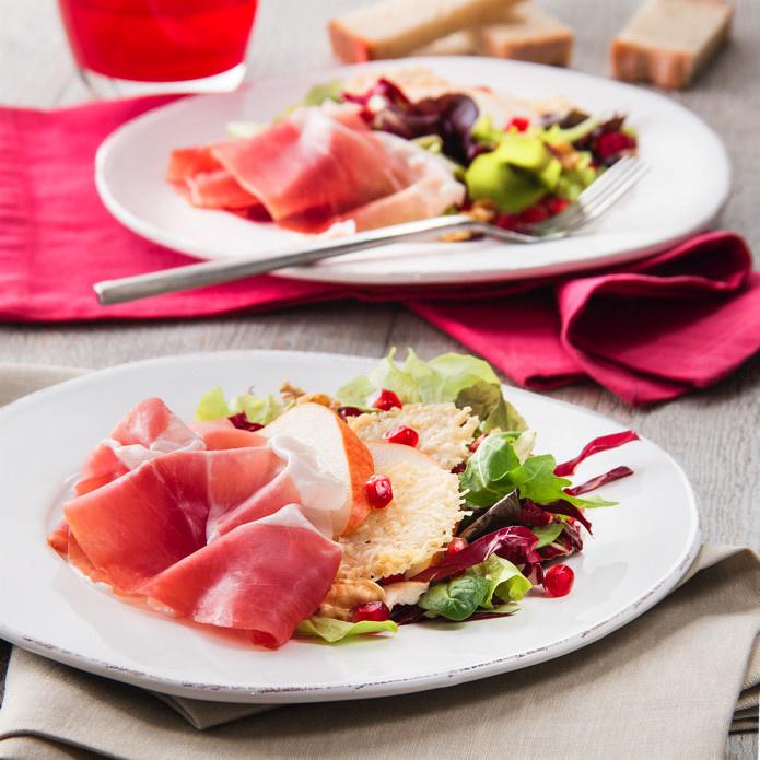 Le Consortium du Jambon de Parme vous propose sa recette d'avril : Salade de jambon de Parme et poires, gaufrettes au Parmesan